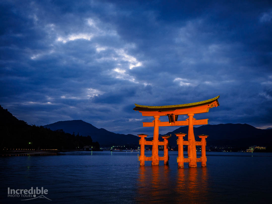 Floating torii gate of Itsukushima Shrine (厳島神社)